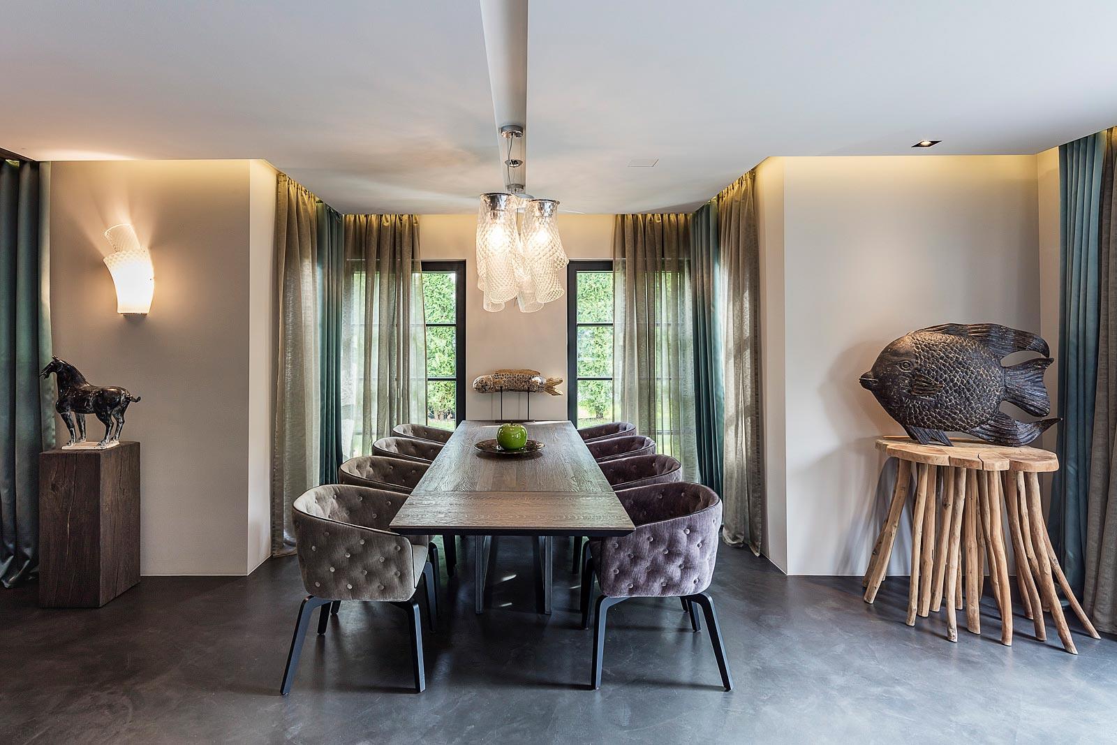 Architekturfotografie Innenraum, Essbereich mit Hängeleuchten von Vistosi